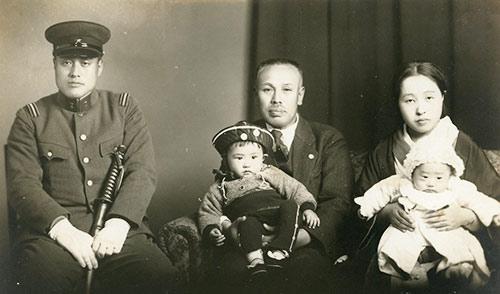 左から父・茂喜、祖父、母。母の膝に抱かれているのが1歳の喜朗