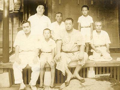 引退した双葉山関(前列右)を自宅に迎えて(前列中央。その左は父・茂喜)