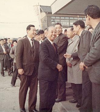 衆議院初選挙で応援に訪れた岸元首相(中央)。その左が森喜朗氏(小松駅前、1969年)